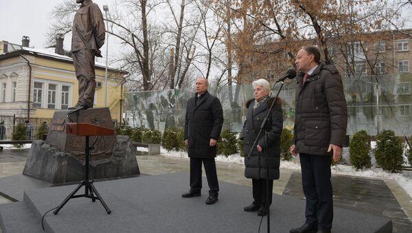 Президент РФ В. Путин принял участие в церемонии открытия памятника писателю А. Солженицыну - Sputnik Абхазия