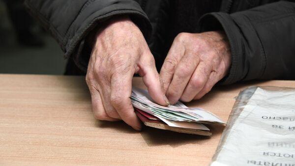 Мужчина с полученной пенсией  - Sputnik Абхазия