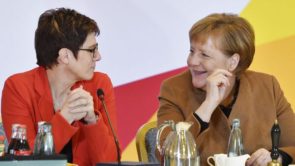 Аннегрет Крамп-Карренбауэр и канцлер Германии Ангела Меркель - Sputnik Абхазия
