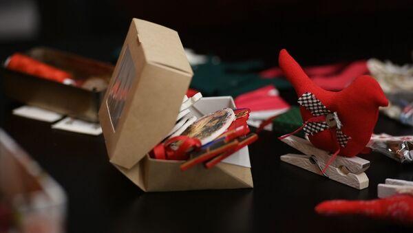 Мягкие и безопасные: как создать елочные игрушки из подручных средств  - Sputnik Абхазия