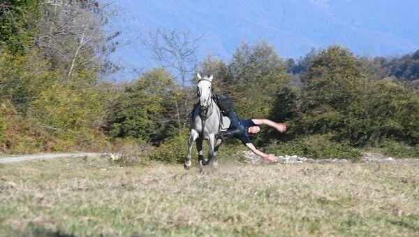 Бревно, вертушка, поперек: абхазский джигит показал трюки на коне - Sputnik Абхазия