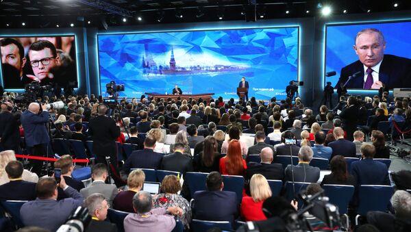 Президент РФ Владимир Путин во время ежегодной большой пресс-конференции в Центре международной торговли на Красной Пресне - Sputnik Абхазия