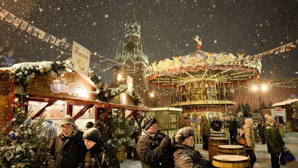 Посетители ярмарки на Красной площади - Sputnik Аҧсны