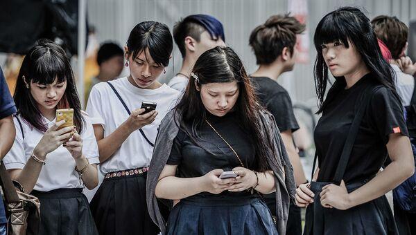 Жители Гонконга проверяют свои мобильные телефоны - Sputnik Абхазия
