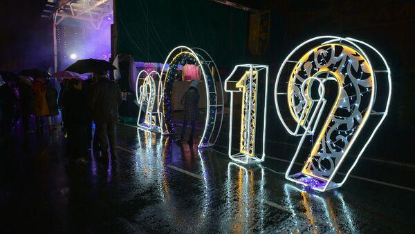Громко, весело и мокро: как прошла новогодняя ночь у главной елки Абхазии - Sputnik Абхазия