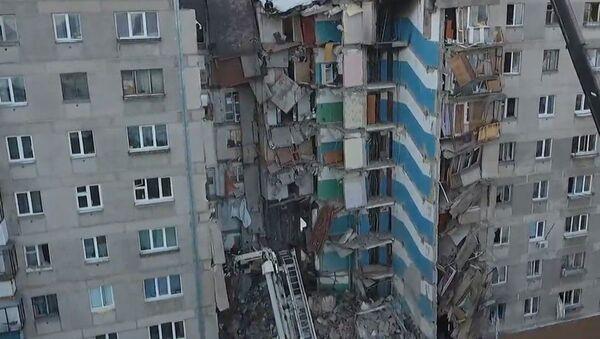 Трагедия в Магнитогорске: разбор завалов продолжается, люди несут цветы - Sputnik Абхазия