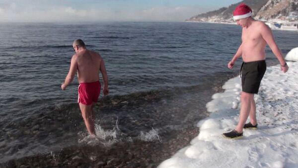 Любители зимнего купания искупались в Байкале и загорали на снегу - Sputnik Абхазия