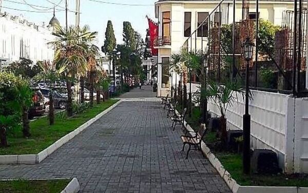 Благоустройство территории вокруг гостиничного комплекса Абхазия в городе Сухум - тротуарная зона от набережной Махаджиров по проспекту Леона - Sputnik Абхазия