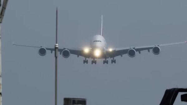 Посадка самого большого самолета при сильном ветре попала на видео - Sputnik Абхазия