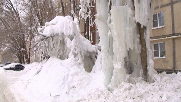 Ледяная стена во дворе дома в Саратове - Sputnik Абхазия