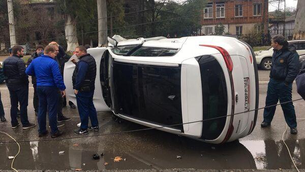 Автомобиль марки KIA врезался в столб в Сухуме  - Sputnik Абхазия