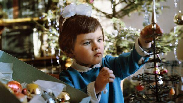 Девочка украшает елку - Sputnik Абхазия