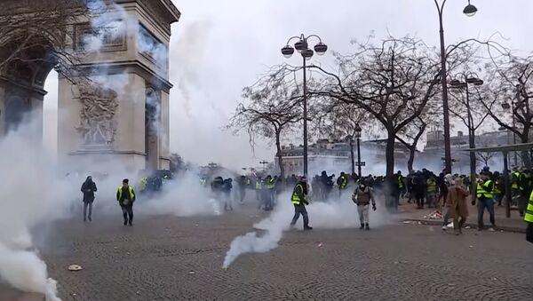 Десятки тысяч демонстрантов и сотни арестованных: во Франции прошла девятая акция «жёлтых жилетов» - Sputnik Абхазия