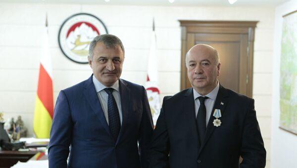 Президент Южной Осетии Анатолий Бибилов наградил посла Абхазии в Южной Осетии Алана Елбакиева Орденом Дружбы - Sputnik Абхазия