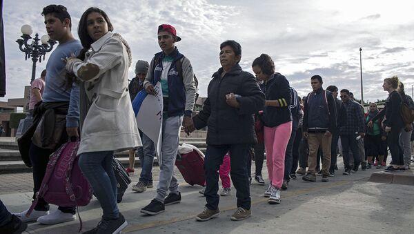 Мигранты из Центральной Америки, ищущие убежища в США, на границе Мексики и США. Архивное фото - Sputnik Абхазия