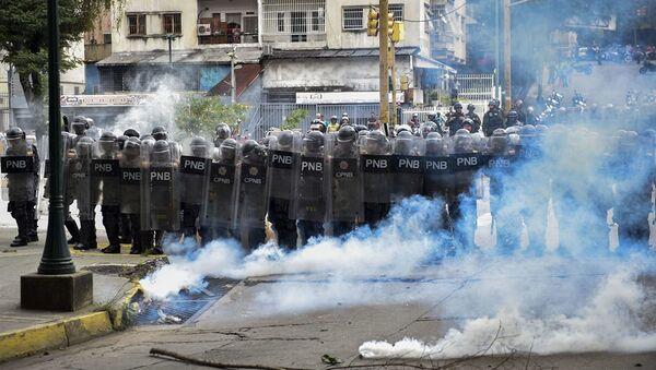 Сотрудники правоохранительных органов во время акции протеста в Каракасе - Sputnik Абхазия