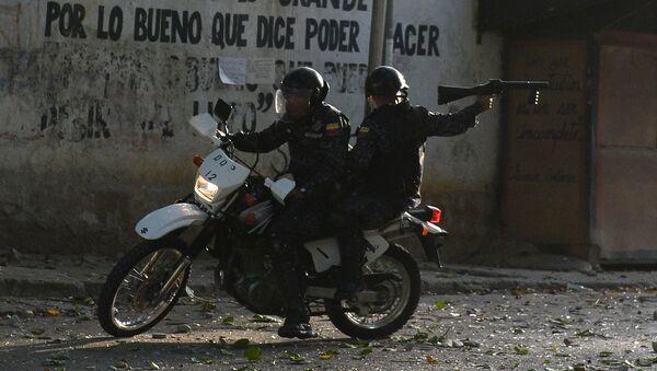 Спецназовцы во время столкновений с антиправительственными демонстрантами в Каракасе, Венесуэла - Sputnik Аҧсны