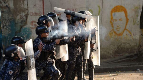 Полицейские во время столкновений с антиправительственными демонстрантами в Каракасе, Венесуэла  - Sputnik Абхазия