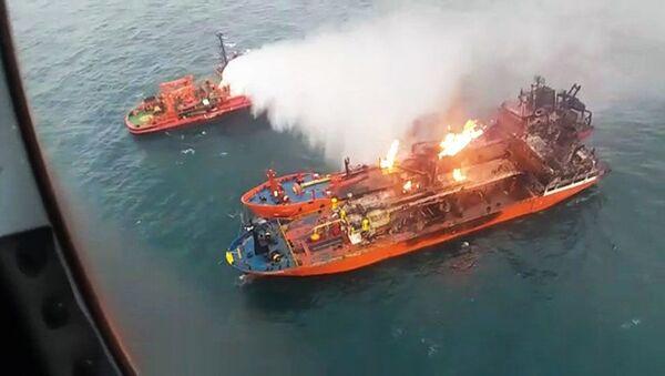 Службы МЧС РФ тушат пожар на горящих в Керченском проливе газовых танкерах Candy (Venice) и Maestro - Sputnik Абхазия