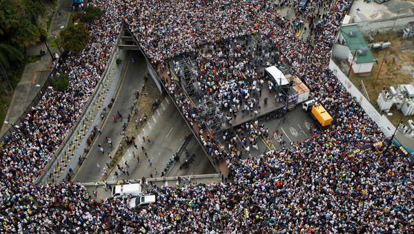 Протестующие против правительства президента Венесуэлы Николаса Мадуро в Каракасе, Венесуэла - Sputnik Абхазия
