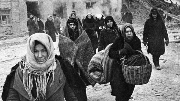 Жители блокадного Ленинграда выходят из бомбоубежища - Sputnik Абхазия