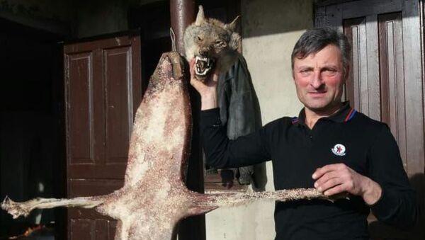 Мераб Инапшба с убитым волком - Sputnik Аҧсны