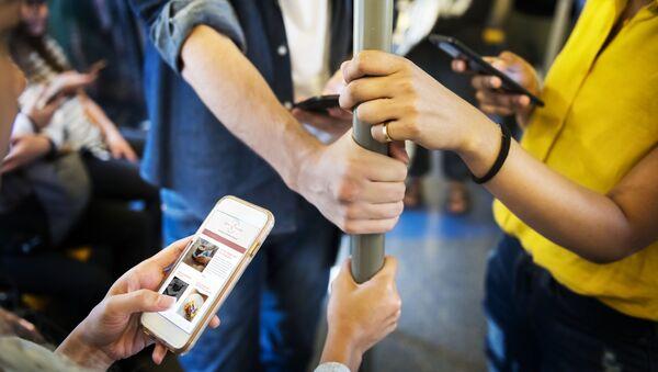 Пассажиры с телефоном в руке - Sputnik Абхазия