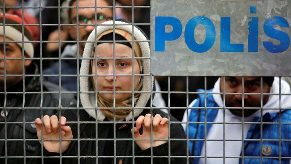 Женщина наблюдает за процессом разбора завалов  - Sputnik Абхазия