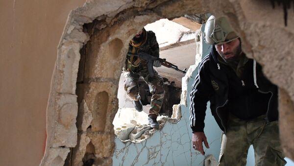 Сирийские военнослужащие и бойцы ополчения во время подготовки российскими военными инструкторами в провинции Хама - Sputnik Аҧсны