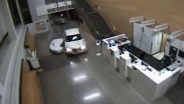 Автомобиль заехал в холл полицейского участка в Лос-Анджелесе — видео - Sputnik Абхазия