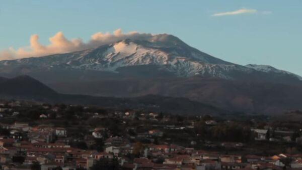 Проснувшийся вулкан Этна в Сицилии - Sputnik Абхазия