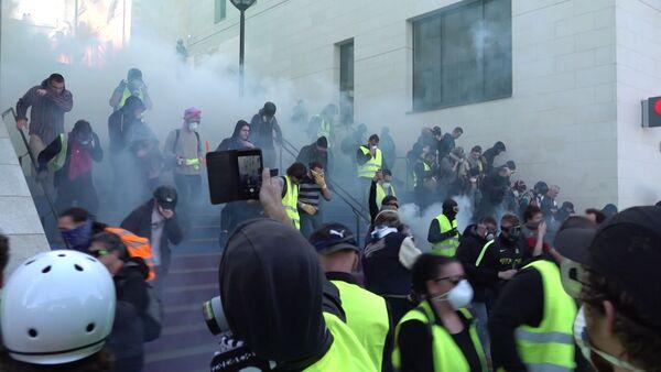 Снова беспорядки, снова газ: суббота желтых жилетов в Париже - Sputnik Абхазия