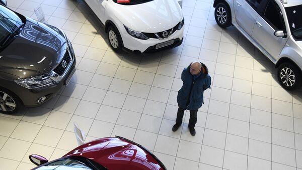 Покупатель в салоне Чита Моторс - официальном дилере Nissan в Чите. - Sputnik Абхазия