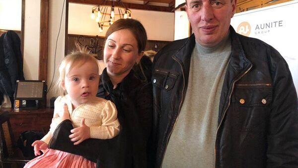 Нарине Кайшян с родителями - Sputnik Аҧсны