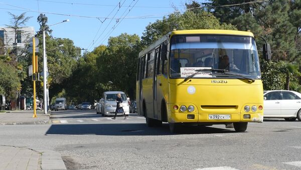 Троллейбусы замерли, светофоры ослепли: как выглядят обесточенные дороги Абхазии - Sputnik Абхазия