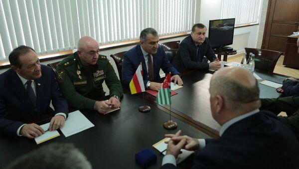 Глава оборонного ведомства республики Абхазия встретился со своим югоосетинским коллегой Ибрагимом Гассеевым - Sputnik Абхазия