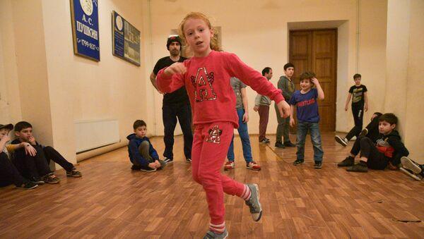 Урок брейк-данса в сухумской школе  - Sputnik Абхазия