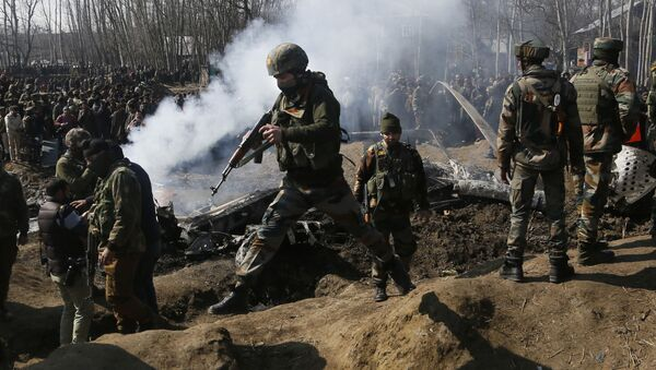 Солдаты индийской армии около обломков индийского самолета в среду, 27 февраля 2019 года - Sputnik Абхазия