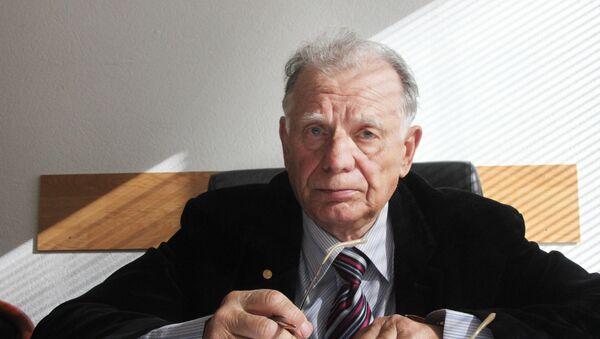 Жорес Алферов в рабочем кабинете - Sputnik Абхазия