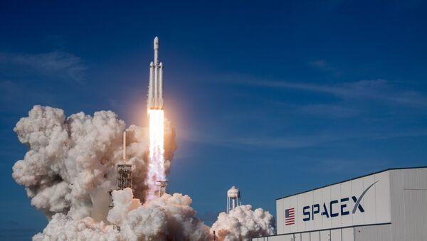 Ракета-носитель Falcon Heavy компании SpaceX успешно стартовала с мыса Канаверал - Sputnik Абхазия
