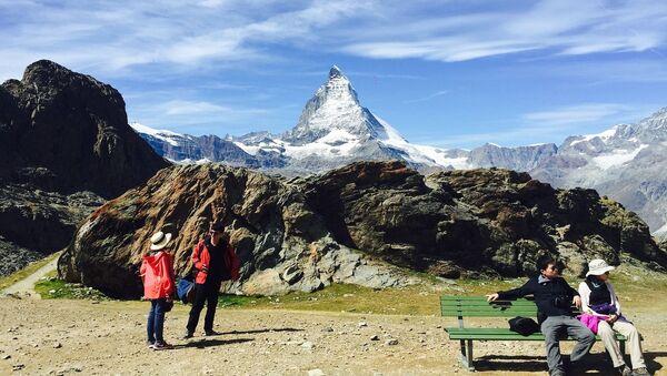 Туристы на фоне горы Маттерхорн в Пеннинских Альпах на границе Швейцарии и Италии - Sputnik Абхазия
