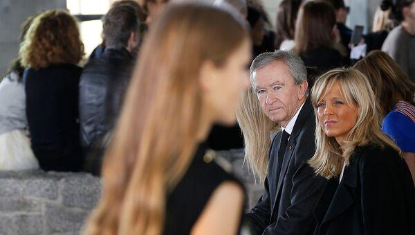 Председатель группы LVMH и главный исполнительный директор Бернар Арно с супругой, пианисткой Хелен во время показа коллекции LOEWE 2015 года (26 сентября 2014). Париж - Sputnik Абхазия