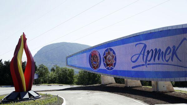 Светодиодный экран с надписью Артек, 90 лет - Sputnik Абхазия