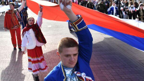 Праздничное шествие, посвященное 5-й годовщине Общекрымского референдума 2014 года и воссоединения Крыма с Россией, на одной из улиц в Симферополе - Sputnik Абхазия