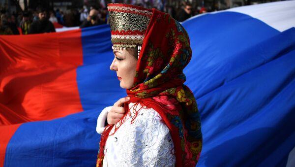 Девушка в национальном костюме во время мероприятий, посвященных 5-й годовщине Общекрымского референдума 2014 года и воссоединения Крыма с Россией, у здания Государственного Совета Республики Крым в Симферополе - Sputnik Абхазия