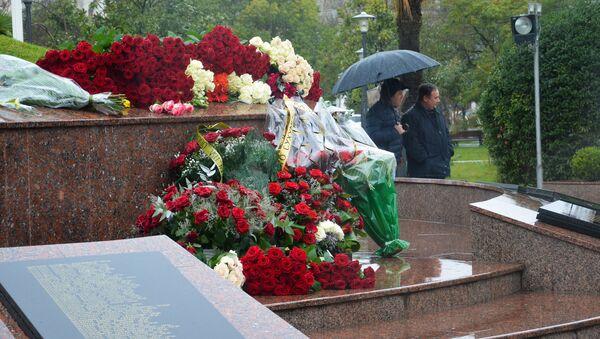 Цветы у Мемориала Славы в память о погибших в Мартовском наступлении, 16 марта 2019 - Sputnik Абхазия