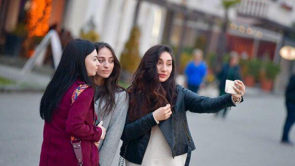 Девушки на берегу - Sputnik Абхазия