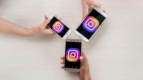 Телефоны с логотипами приложения Instagram. Архивное фото - Sputnik Абхазия