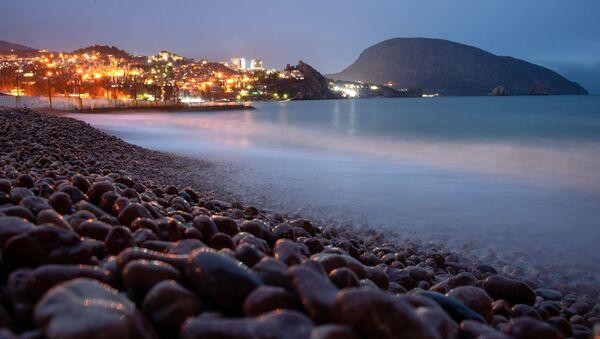Побережье Черного моря возле Гурзуфа в Крыму. - Sputnik Абхазия