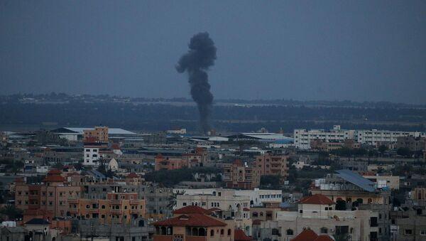 Дым после израильского авиаудара в южной части сектора Газа, 25 марта 2019 - Sputnik Абхазия